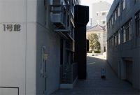 1号館越しに近代科学資料館を望む=千貫朋子撮影