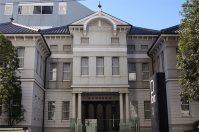 東京物理学校の貴重資料などを常設展示する東京理科大学近代科学資料館=千貫朋子撮影