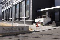 外堀通り沿いにある東京理科大1号館入り口=千貫朋子撮影