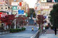 JR飯田橋駅西口を出て右手は神楽坂。古くからの歓楽街。有名な「ペコちゃん焼き」の店も=小島昇撮影