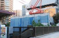 JR飯田橋駅西口の左手には日本歯科大学=小島昇撮影