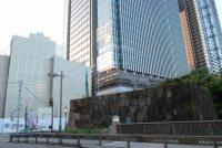 JR飯田橋駅西口を背に左手ではビル工事中。交差点角には日本キリスト教団富士見教会が、その奥には東京警察病院があったが移転した。手前は史跡「江戸城外堀跡 牛込見附(牛込御門)跡」=小島昇撮影