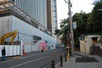 牛込橋を渡り、右折する。左手には再開発のビルが工事中だ=小島昇撮影