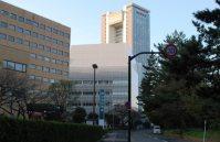 東京逓信病院を左手に進むと、正面には法政大学ボアソナード・タワーが近づいてきた=小島昇撮影