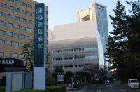 中央の白い建物は法政大学の外濠校舎。学生センターやキャリアセンターがある=小島昇撮影