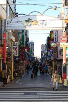 駅を背に北へ伸びる武蔵境通り、通称「すきっぷ通り」。亜細亜大生御用達の居酒屋が並ぶ=佐伯信二撮影