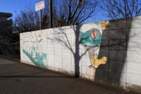 なぜかカエルがのぞくイラストの塀=佐伯信二撮影