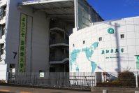 ほどなく亜細亜大学東門に到着。武蔵境駅からゆっくり歩いて約10分=佐伯信二撮影