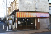 キャンパスから南側の住宅街にある「珍々亭」は長く亜細亜大生に愛されてきたラーメン店。油そば発祥の店とも言われている=佐伯信二撮影