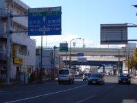 目指す先には「三ツ沢上町交差点」の大きな歩道橋が見える=湯浅啓撮影