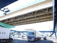 「三ツ沢上町交差点」の歩道橋。トラックなどで交通量は非常に多い=湯浅啓撮影