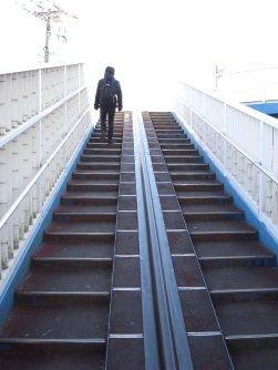 写真で感じるほど急な階段ではないので、ご安心を=湯浅啓撮影