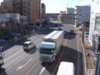 歩道橋の上から見た国道1号。第三京浜道路に向かってさらに歩く=湯浅啓撮影