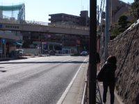 「岡沢町歩道橋」が見えたら、大学の正門はもうすぐ=湯浅啓撮影