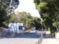 正門が見えてくる。緑豊かで広大なキャンパスがその先に広がる=湯浅啓撮影