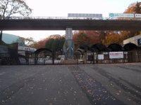 多摩動物公園駅の駅前周辺向かいには多摩動物公園の正門