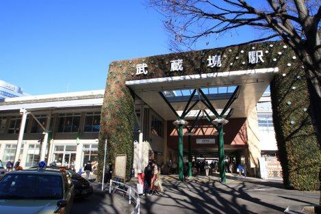 武蔵境駅南口。中央線高架化で駅舎も新しく。植物を配した印象的な構えに=佐伯信二撮影
