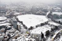 雪に覆われた新国立競技場の建設予定地=東京都新宿区で2016年1月18日午前8時8分、本社ヘリから喜屋武真之介撮影