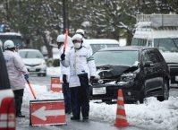 雪の中で立ち往生する事故車=川崎市宮前区で2016年1月18日午前10時、丸山博撮影(一部画像を加工しています)