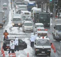事故車(左手前)が立ち往生して渋滞する国道246号=川崎市宮前区で2016年1月18日午前9時53分、丸山博撮影(一部画像を加工しています)
