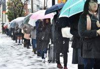 京王線千歳烏山駅に入れず行列を作り入場を待つ人たち=東京都世田谷区で2016年1月18日午前10時44分、竹内幹撮影