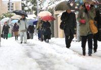 降り積もった雪道を通勤のために急ぐ人たち=東京都杉並区で2016年1月18日午前7時38分、梅村直承撮影