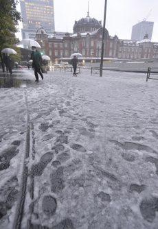 積雪がみられた東京駅周辺=東京都千代田区で2016年1月18日午前7時38分、猪飼健史撮影