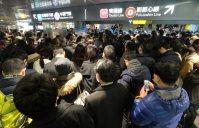 東急田園都市線渋谷駅の改札手前で入場規制がかかり待機する人たち=東京都渋谷区で2016年1月18日午前8時42分、宮間俊樹撮影