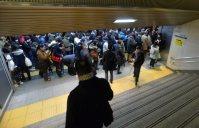 東急田園都市線渋谷駅の改札手前で入場規制がかかり待機する人たち=東京都渋谷区で2016年1月18日午前8時39分、宮間俊樹撮影