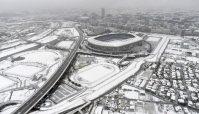 雪で白く覆われた日産スタジアム周辺=横浜市で2016年1月18日午前8時41分、本社ヘリから喜屋武真之介撮影