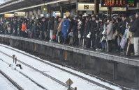 電車などが大幅に遅れているため歩いて職場などに向かう人たちの行列=東京都目黒区で2016年1月18日午前9時47分、宮間俊樹撮影