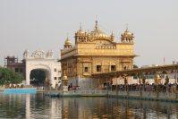 シーク教総本山の黄金寺院。四方に開かれた門は、あらゆる宗教に対して開放されていることを示す=インド北西部アムリツァルで2015年10月9日午後4時3分、金子淳撮影