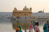 シーク教総本山の黄金寺院。周囲を囲む池の周りで、多くの人が記念撮影を行っていた=インド北西部アムリツァルで2015年10月9日午後4時35分、金子淳撮影