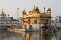 シーク教総本山の黄金寺院。四方に開かれた門戸は、あらゆる宗教の信徒に寺院が開放されていることを示すという=インド北西部アムリツァルで2015年10月9日午後4時42分、金子淳撮影