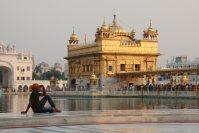 シーク教総本山の黄金寺院。入場するには、必ずバンダナなどで髪の毛を覆わなくてはならない=インド北西部アムリツァルで2015年10月9日午後5時4分、金子淳撮影