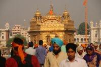 シーク教総本山の黄金寺院。ターバンをかぶったシーク教徒以外は、入場の際、必ずバンダナなどで髪の毛を覆わなくてはならない=インド北西部アムリツァルで2015年10月10日午前8時59分、金子淳撮影