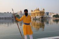 やりを持ち、周囲に目を光らせている黄金寺院の警備隊=インド北西部アムリツァルで2015年10月9日午後4時44分、金子淳撮影