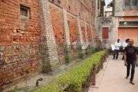 1919年に英軍による住民の虐殺があったジャリヤンワーラー・バーグでは、今も壁に銃弾の痕が残っている=インド北西部アムリツァルで2015年10月9日午後5時25分、金子淳撮影