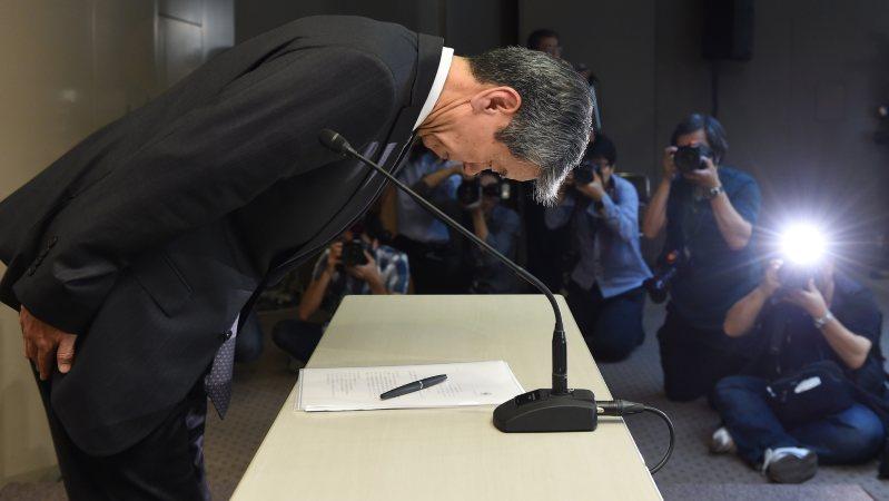 不正会計問題で初めて会見し、頭を下げる当時の東芝社長・田中久雄氏=2015年5月15日、竹内幹撮影