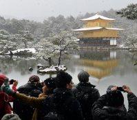 Tourists take photos of the snow-covered Golden Pavilion at Kinkakuji in Kyoto's Kita Ward, on Jan. 20, 2016. (Mainichi)