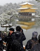 Tourists take photos of the snow-covered Golden Pavilion at Kinkakuji in Kyoto's Kita Ward, on Jan. 20, 2016. (Mainichi)