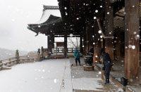 Staff members at Kiyomizu Temple in Kyoto's Higashiyama Ward scrape off snow on the morning of Jan. 20, 2016. (Mainichi)