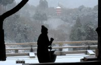 Staff members at Kiyomizu Temple in Kyoto's Higashiyama Ward scrape off snow on the morning of Jan. 20, 2016. (Mainichi)