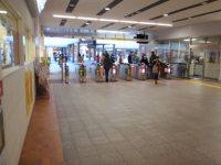 首都大学東京の最寄り駅、京王線(相模原線)南大沢駅の構内=仲村隆撮影
