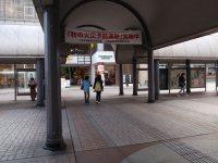 駅設置当時からある雨よけアーケード=仲村隆撮影