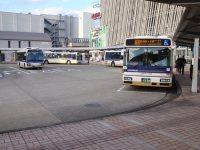 駅南側ロータリーには、バス路線も=仲村隆撮影