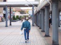 駅から大学まで通りは人通りが多い=仲村隆撮影