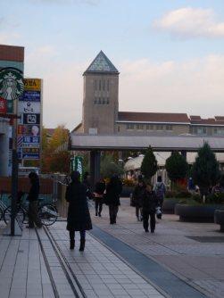 通りの道幅は50メートル以上=仲村隆撮影