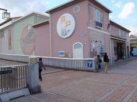 大学への途中には、アウトレットモール「三井アウトレットパーク 多摩南大沢」=仲村隆撮影