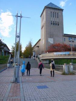 大学前は周辺の住宅、マンションらの住民の通路にも使われている=仲村隆撮影